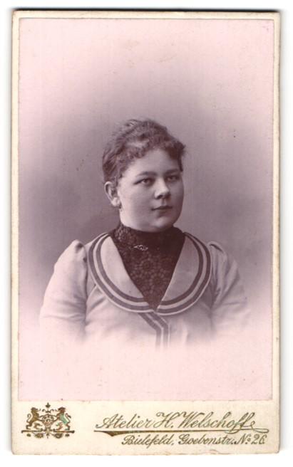 Fotografie Atelier H. Welschoff, Bielefeld, Portrait junge Dame mit zurückgebundenem Haar in zeitgenössischer Kleidung