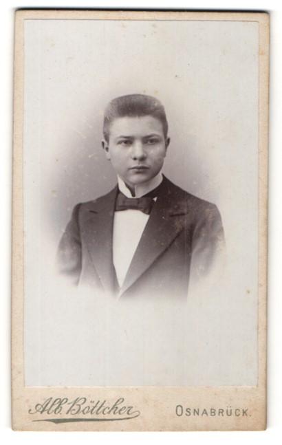 Fotografie Alb. Böttcher, Osnabrück, Portrait junger Herr mit Fliege im Anzug