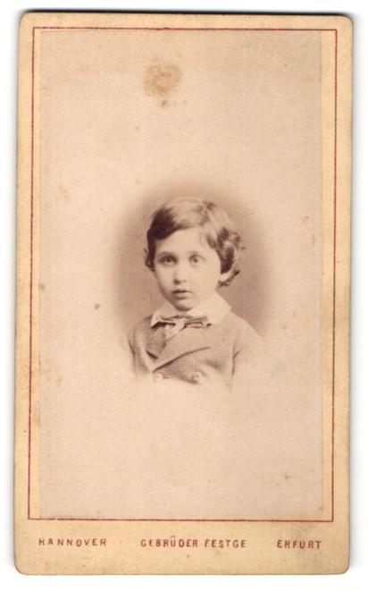 Fotografie Gebrüder Festge, Hannover, Erfurt, Portrait kleiner Junge mit Fliege im Anzug