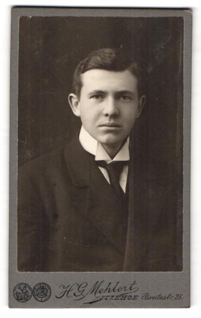 Fotografie H. G. Mehlert, Itzehoe, Portrait junger charmanter Herr mit Krawatte im Anzug