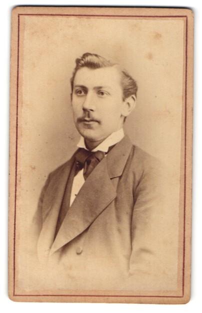 Fotografie Ludwig Köner, Schwerin, Portrait bürgerlicher Herr mit Oberlippenbart u. Fliege im Anzug