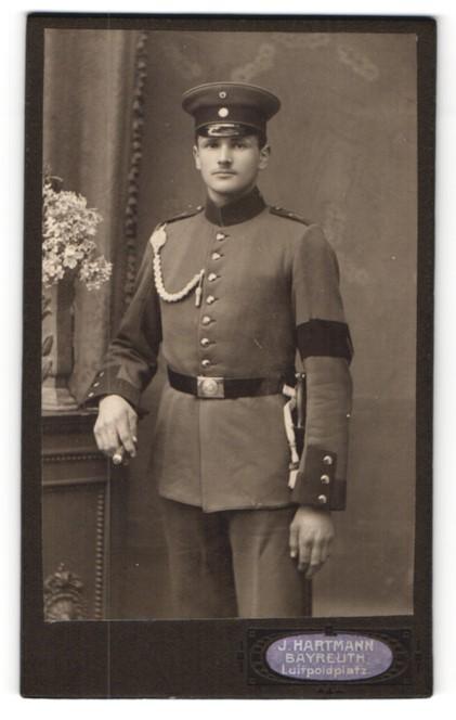 Fotografie J. Hartmann, Bayreuth, Soldat in Uniform mit Schirmmütze