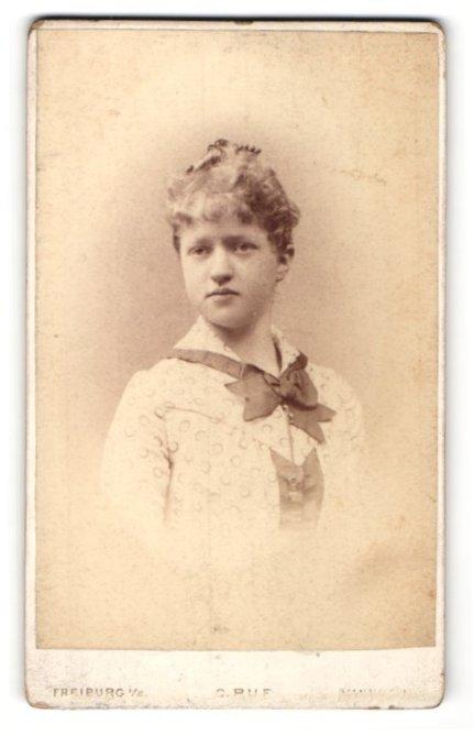 Fotografie C. Ruf, Freiburg i. B., Bürgertochter im gepünktelten Kleid