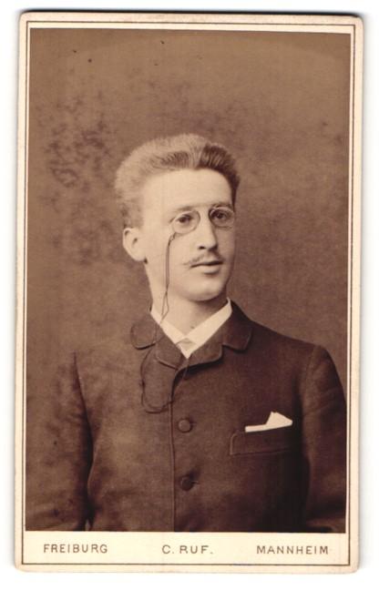 Fotografie C. Ruf, Freiburg i. B., Junger Mann im Anzug mit Zwicker