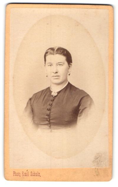 Fotografie Emil Schulz, Braunschweig, Portrait einer Bürgerlichen in geknöpftem Kleid