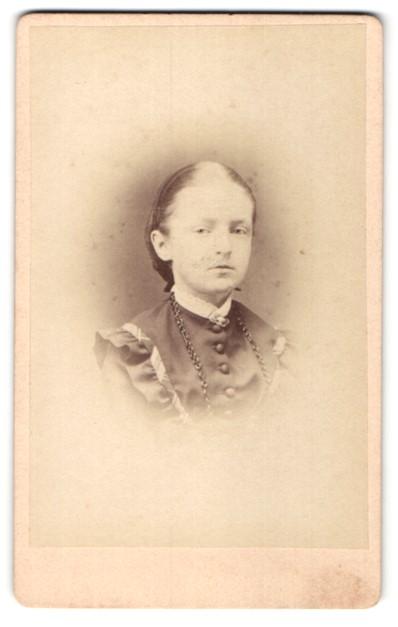 Fotografie Atelier Ferd. Henning, Naumburg a. S., junge Bürgertochter mit Halskette