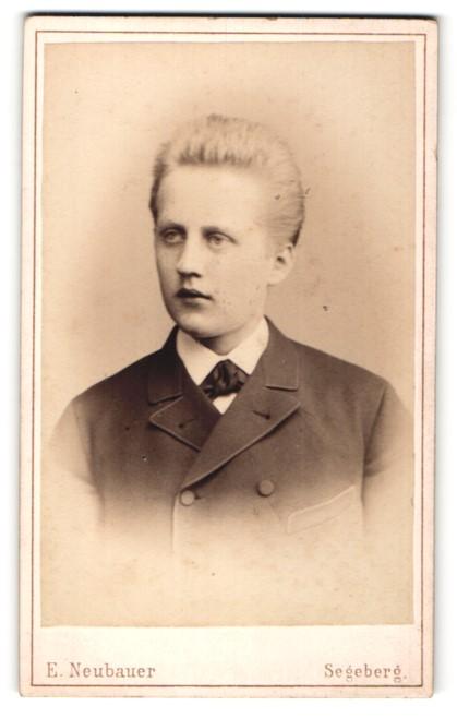 Fotografie E. Neubauer, Segeberg, Eleganter junger Bürgerlicher