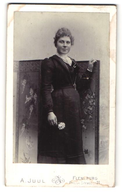 Fotografie A. Juul, Flensburg, Bürgerliche in dunklem Kleid mit Rose in der Hand
