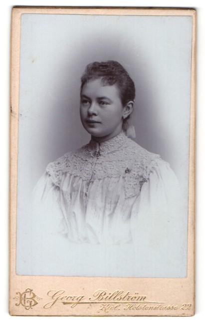 Fotografie Georg Billström, Kiel, Bürgertochter im reich verzierten Kleid