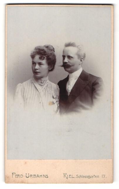 Fotografie Ferd. Urbahns, Kiel, Bürgerlicher mit Schnurrbart und seine schöne Frau