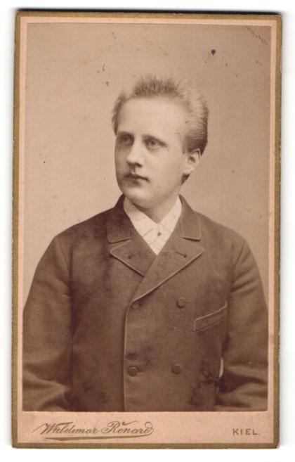 Fotografie Waldemar Renard, Kiel, Junger Mann im eleganten Zweireiher