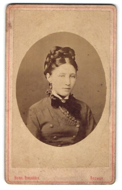 Fotografie Heinr. Berghäger, Bremen, Portrait junge hübsche Dame mit Hochsteckfrisur in modischer Kleidung