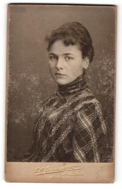 Fotografie L. O. Grienwaldt, Bremen, Portrait junge hübsche Dame in modischer Kleidung