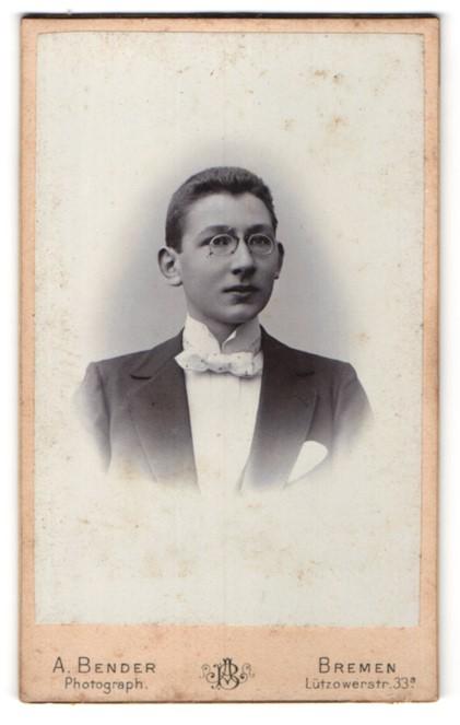 Fotografie A. Bender, Bremen, Portrait junger Herr mit Zwicker u. Fliege im Anzug