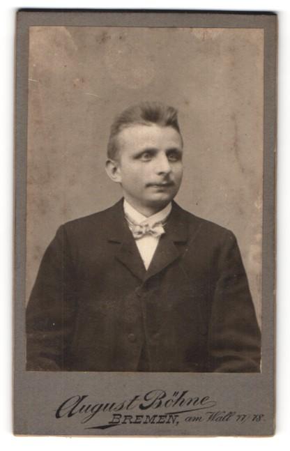 Fotografie August Böhne, Bremen, Portrait junger Herr mit Oberlippenbart u. Fliege im Anzug