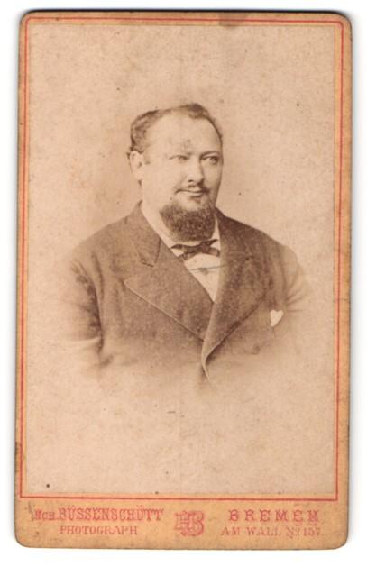 Fotografie Hch. Büssenschütt, Bremen, Portrait bürgerlicher Herr mit Bart u. Fliege im Anzug