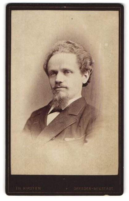 Fotografie Th. Kirsten, Dresden-Neustadt, Portrait junger Herr mit Bart u. Fliege im Anzug