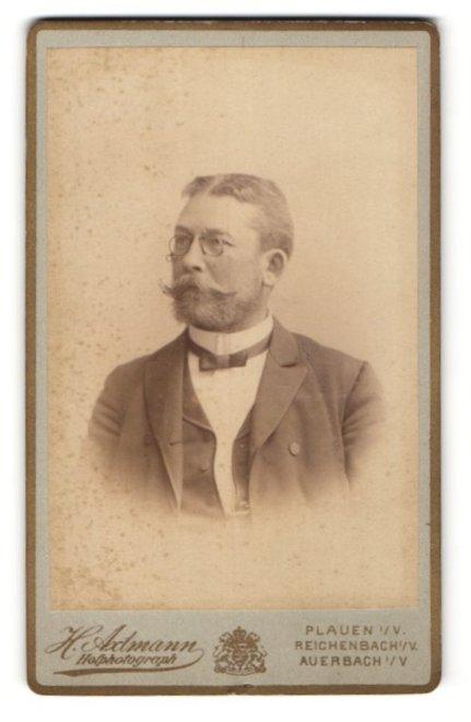 Fotografie H. Admann, Plauen i / V., Reichenbach i / V., Portrait älterer Herr mit Bart u. Zwicker im Anzug
