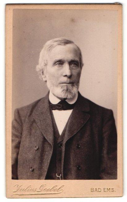 Fotografie Julius Goebel, Bad Ems, Portrait älterer Herr mit Bart u. Fliege im Anzug