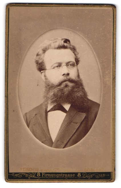 Fotografie Leopold Reischig, Coblenz, Portrait bürgerlicher Herr mit Bart u. Fliege im Anzug