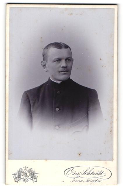 Fotografie Osw. Schmidt, Pirna, Portrait junger Herr mit Zwirbelbart u. Mittelscheitel in zeitgenössischer Kleidung