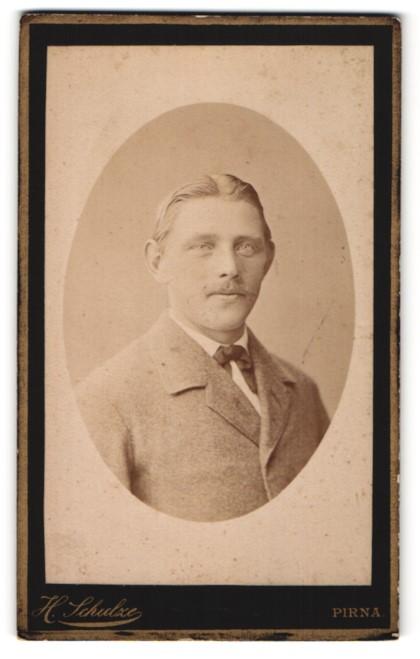 Fotografie H. Schulze, Pirna, Portrait junger Herr mit Oberlippenbart u. Mittelscheitel im Anzug