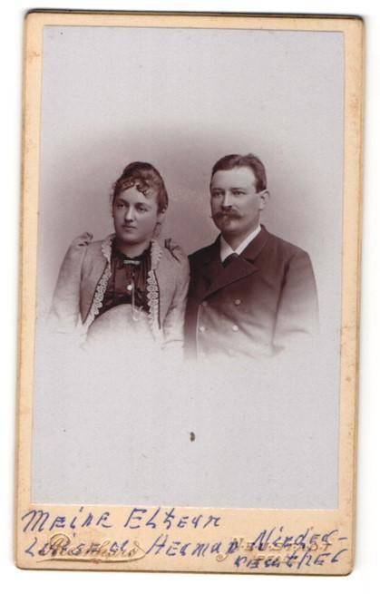 Fotografie A. Reinhard, Neustadt a / H., Portrait bürgerliches Paar in zeitgenössischer Kleidung