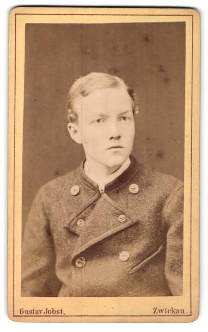 Fotografie Gustav Jobst, Zwickau, Portrait junger Herr mit Seitenscheitel in modischer Kleidung