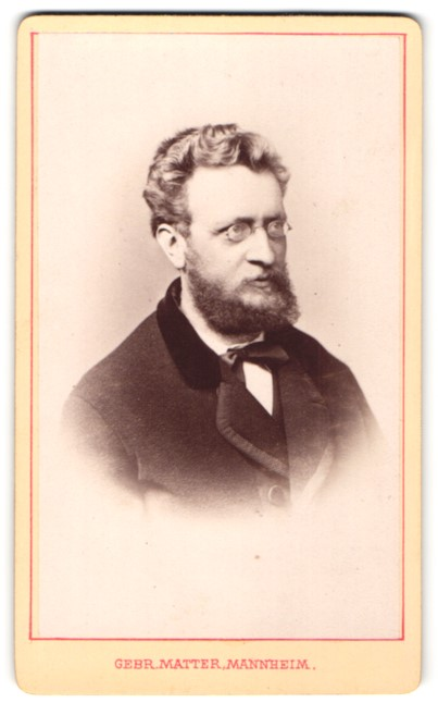 Fotografie Gebr. Matter, Mannheim, Portrait bürgerlicher Herr mit Zwicker und Bart in zeitgenössischer Kleidung