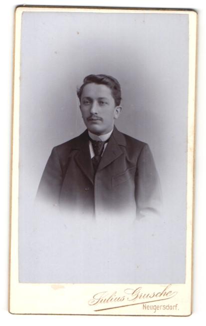 Fotografie Julius Grusche, Neugersdorf, Portrait junger Herr mit Oberlippenbart u. Krawatte im Anzug