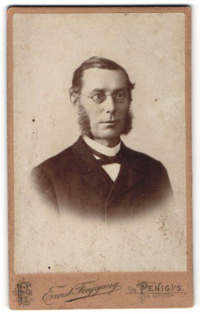 Fotografie Ernst Freygang, Penig i / S., Portrait bürgerlicher Herr mit Backenbart und Brille im Anzug
