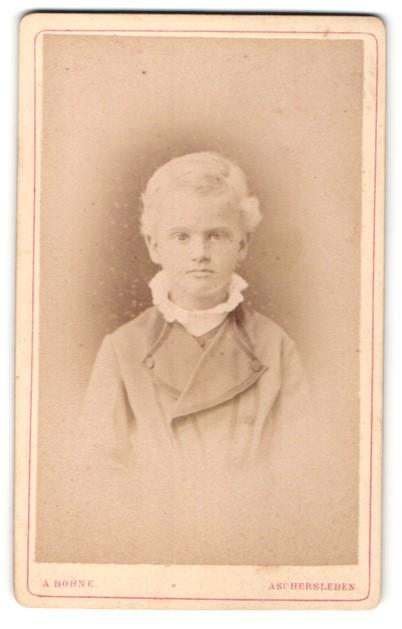 Fotografie A. Bohne, Aschersleben, Portrait kleines Mädchen mit zurückgebundenem Haar in modischer Kleidung