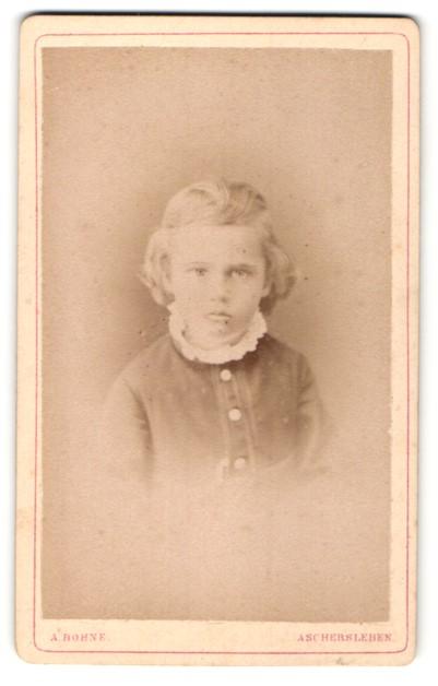 Fotografie A. Bohne, Aschersleben, Portrait kleines Mädchen mit zurückgebundenem Haar in zeitgenössischer Kleidung