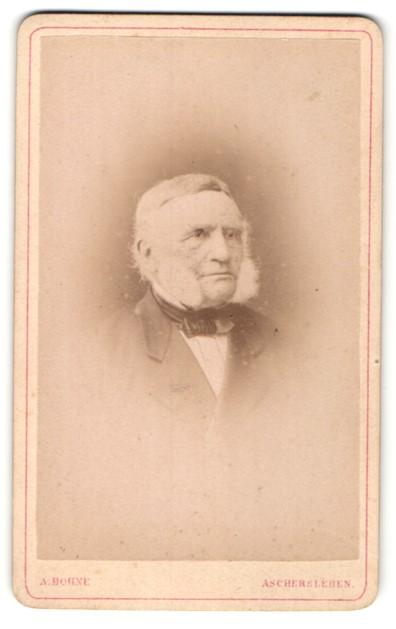 Fotografie A. Bohne, Aschersleben, Portrait alter Mann mit Backenbart u. Fliege im Anzug