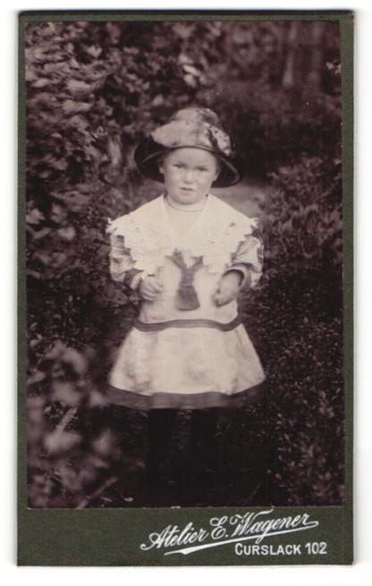 Fotografie Atelier E. Wagener, Curslack, Portrait kleines Mädchen mit Hut in gestreiftem Kleid