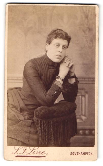 Fotografie S. J. Line, Southampton, Portrait bürgerliche Dame mit Armbanduhr auf eine Lehne gestützt