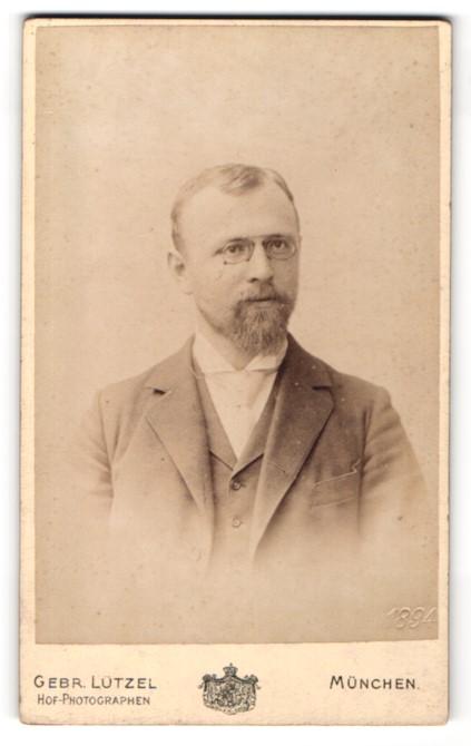 Fotografie Gebr. Lützel, München, Portrait bürgerlicher Herr mit Zwicker u. Vollbart im Anzug