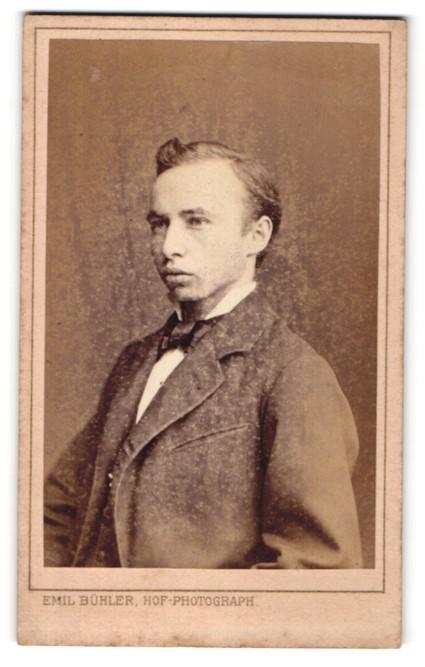Fotografie Emil Bühler, Mannheim, Portrait junger Herr mit Fliege im Anzug
