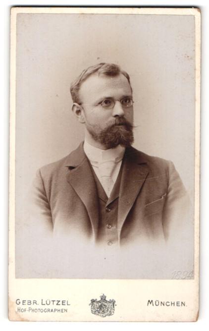 Fotografie Gebr. Lützel, München, Portrait bürgerlicher Herr mit Brille u. Vollbart im Anzug