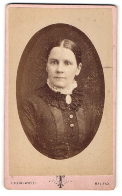 Fotografie T. Illingworth, Halifax, Portrait junge Dame mit zurückgebundenem Haar und Kragenbrosche