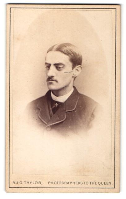 Fotografie A. & G. Taylor, Leeds & Bradford, Portrait junger Herr mit Mittelscheitel und Oberlippenbart