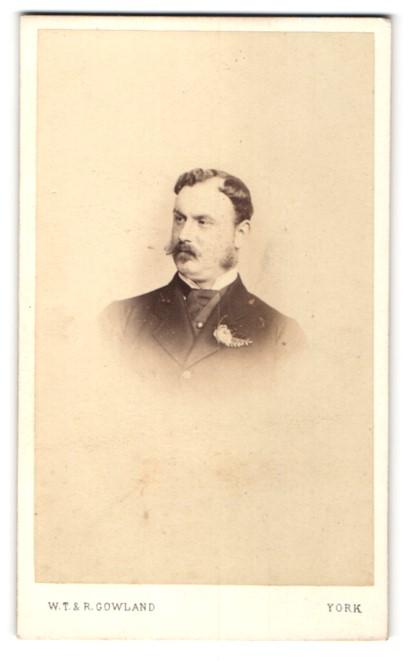 Fotografie W. T. & R. Gowland, York, Portrait älterer Herr mit Backenbart u. Krawatte im Anzug