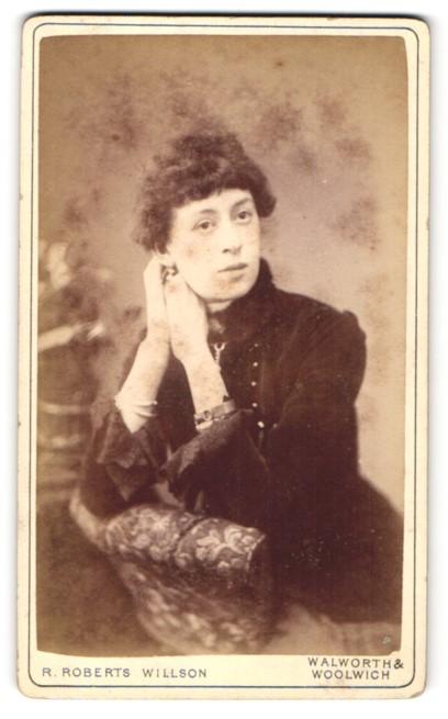 Fotografie R. Roberts Willson, Walworth & Woolwich, Portrait charmante Dame im eleganten Kleid auf Lehne gestützt