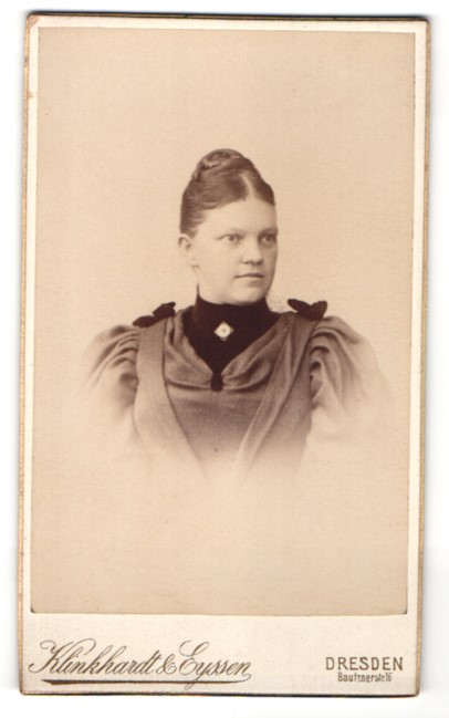 Fotografie Klinkhardt & Eyssen, Dresden, Portrait junge Dame mit Hochsteckfrisur im eleganten Kleid