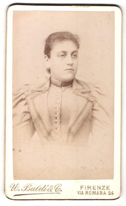 Fotografie U. Baldi & Co., Firenze, Portrait junge Dame mit zurückgebundenem Haar in festlichem Kleid