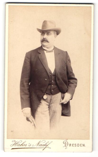 Fotografie Hahn`s Nachf., Dresden, Portrait älterer Herr mit Schnauzbart und Hut in zeitgenössischer Kleidung