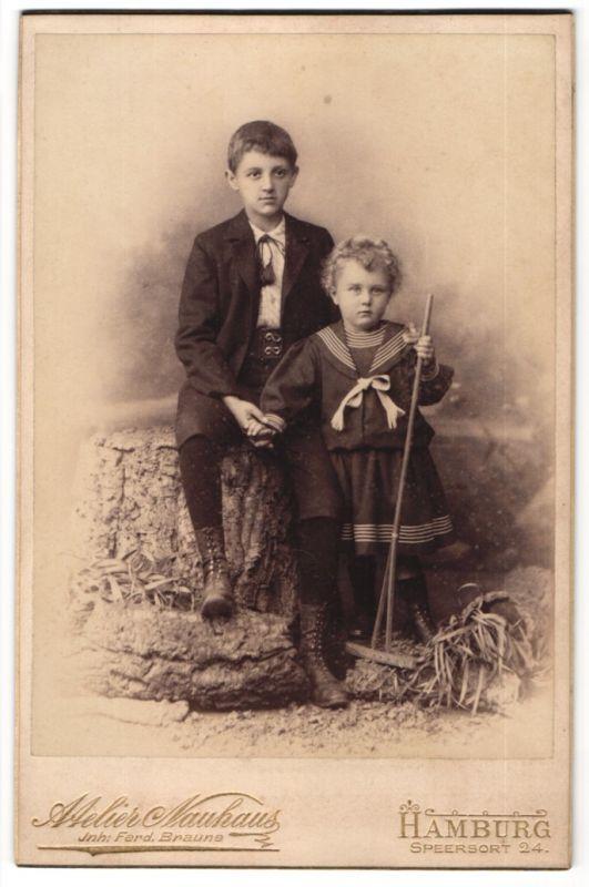 Fotografie Atelier Nauhaus, Hamburg, Portrait kleines Mädchen mit Harke und grosser Bruder