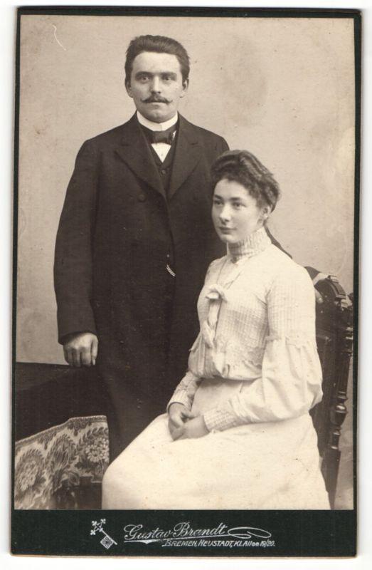 Fotografie Gustav Brandt, Bremen & Neustadt, Portrait junges Paar in zeitgenöss. Kleidung