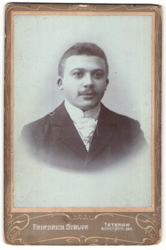 Fotografie Friedr. Struve, Teterow, Portrait junger Mann mit Bürstenhaarschnitt