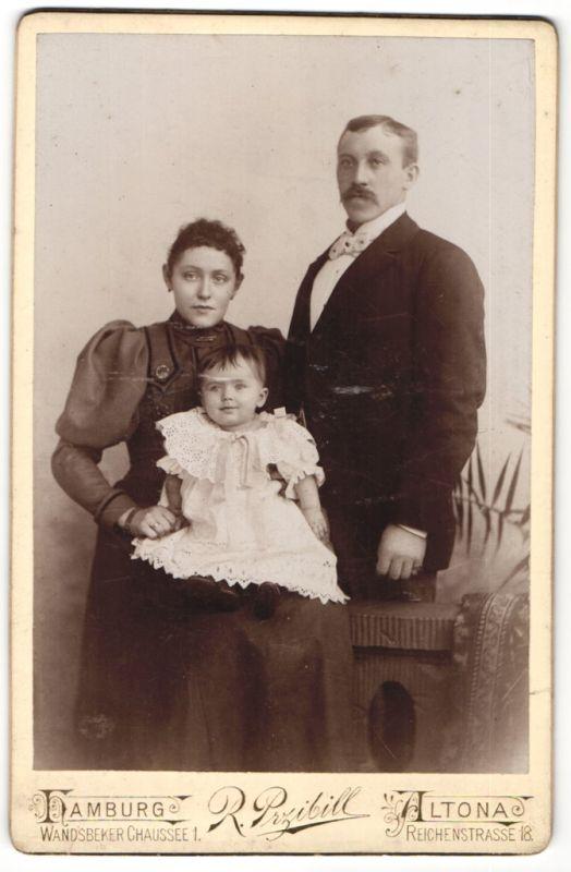 Fotografie R. Przibill, Hamburg-Altona, Portrait junge Familie